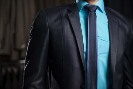 Hombre con traje azul elegante