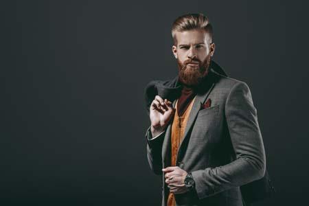 Hombre con barba elegante