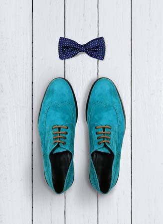 zapatos y pajarita con mucho glamour